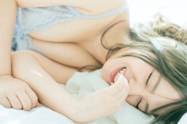 山田菜々のカレンダー胸チラグラビアエロ画像002