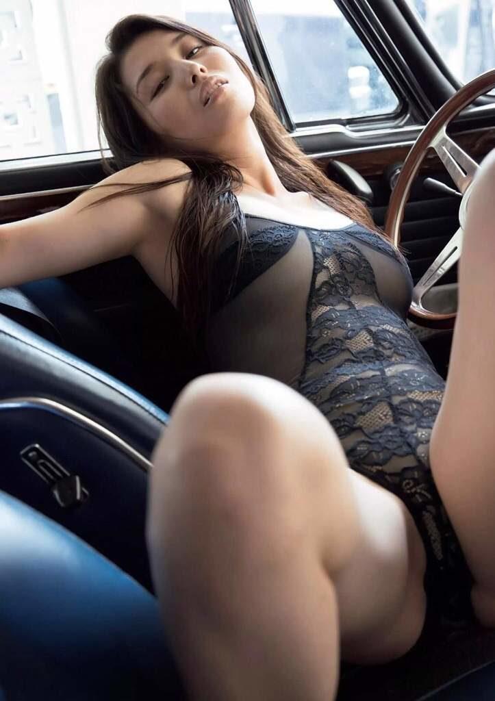 橋本マナミの車内でのカーセックス妄想グラビア