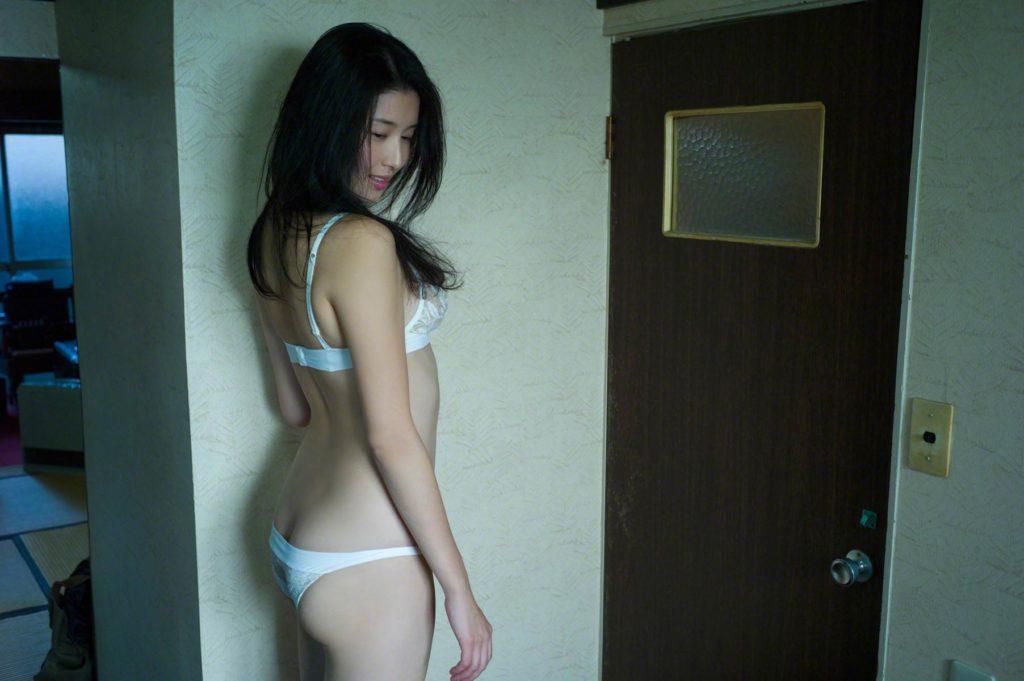 橋本マナミの純白下着グラビア