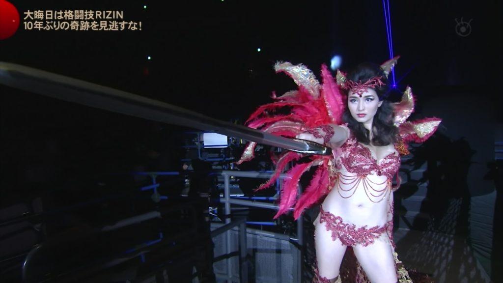 橋本マナミのRIZINでのドスケベ衣装のエロキャプ画像その2