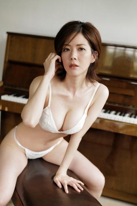 高宮まりの岡田紗佳とのコラボグラビアエロ画像009