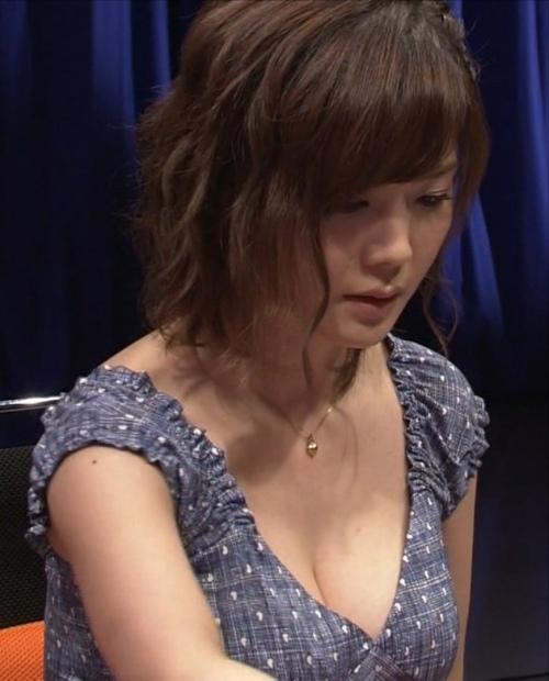 高宮まりのプロ雀士としての胸チラ谷間エロ画像006