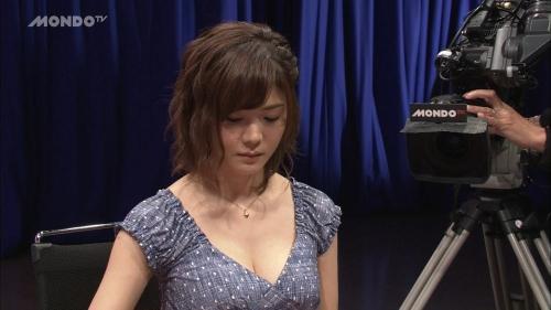 高宮まりのプロ雀士としての胸チラ谷間エロ画像008