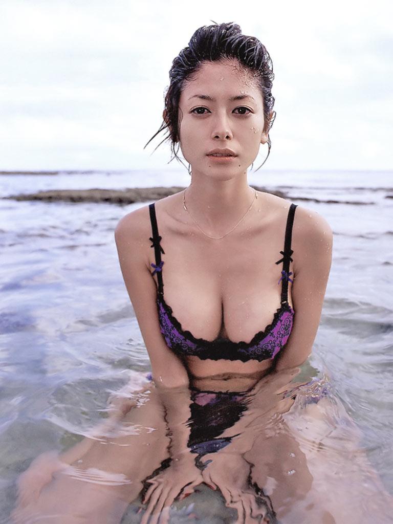 真木よう子のセミヌード写真集や水着グラビアエロ画像066