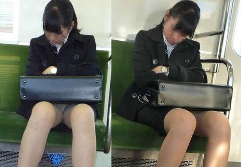 残業して帰宅中の素人OLさんは電車内パンチラ盗撮エロ画像30枚