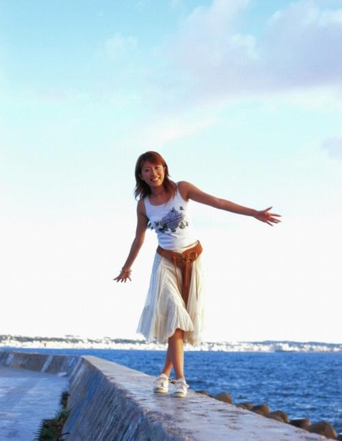 里田まいの写真集の水着グラビアエロ画像025