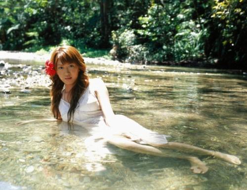 里田まいの写真集の水着グラビアエロ画像044