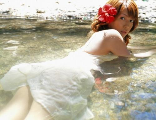 里田まいの写真集の水着グラビアエロ画像045