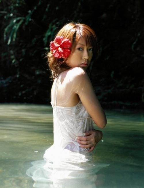 里田まいの写真集の水着グラビアエロ画像046