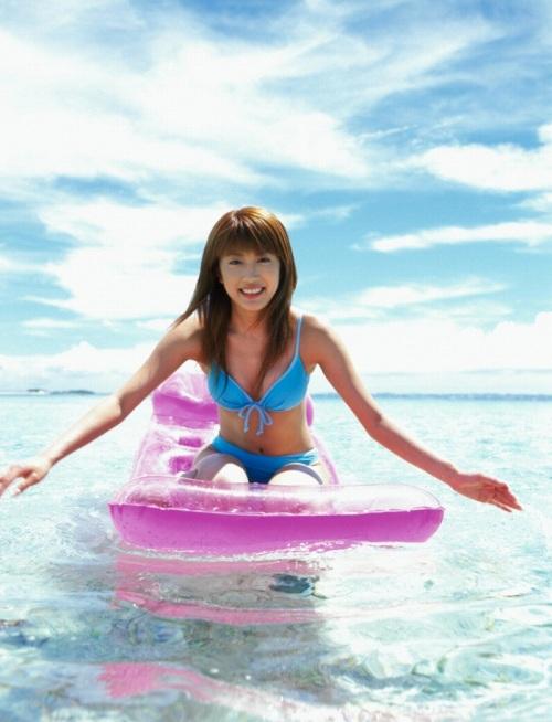 里田まいの写真集の水着グラビアエロ画像064