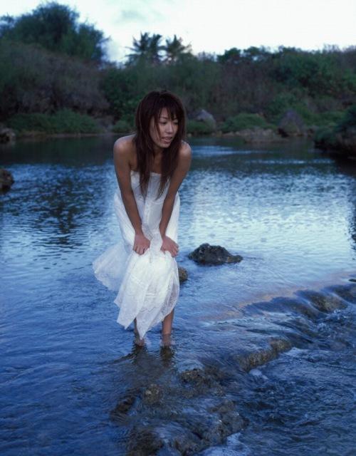 里田まいの写真集の水着グラビアエロ画像081