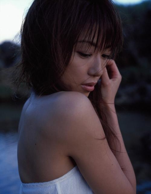 里田まいの写真集の水着グラビアエロ画像085