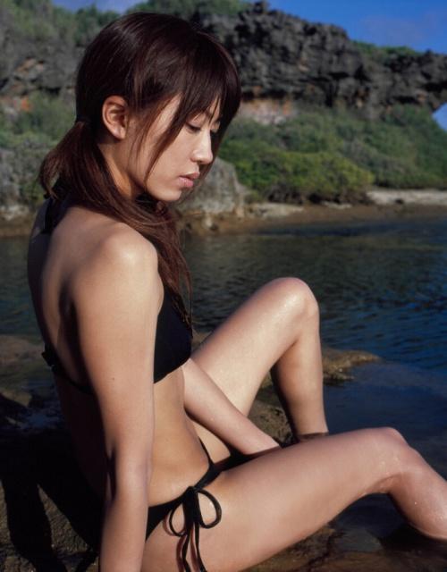 里田まいの写真集の水着グラビアエロ画像105
