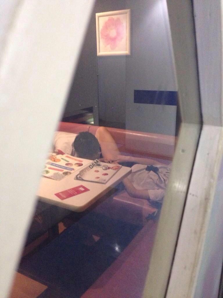 ちょwカラオケでSEXするカップルの一部始終が映った防犯カメラ映像が流出wwwww(画像あり)・4枚目の画像