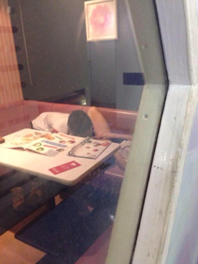 ちょwカラオケでSEXするカップルの一部始終が映った防犯カメラ映像が流出wwwww(画像あり)・5枚目の画像