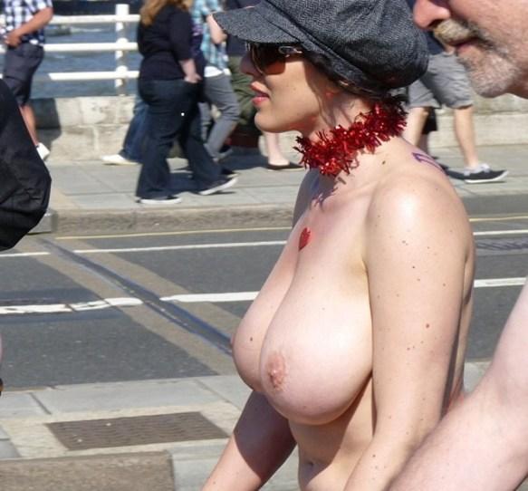 ヌード写真集撮影してるかのように露出してる外国人女性画像22枚・6枚目の画像