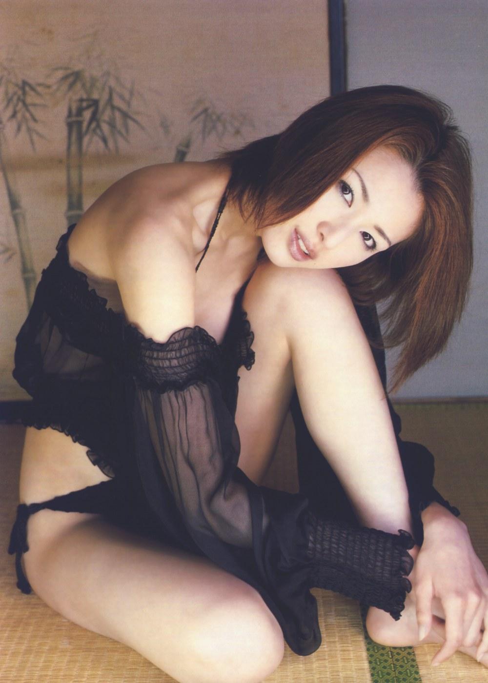 吉瀬美智子のセミヌード・下着姿グラビアエロ画像022