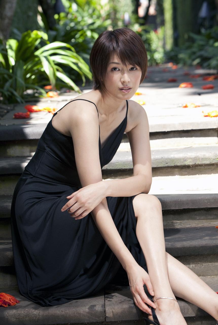 吉瀬美智子のセミヌード・下着姿グラビアエロ画像044