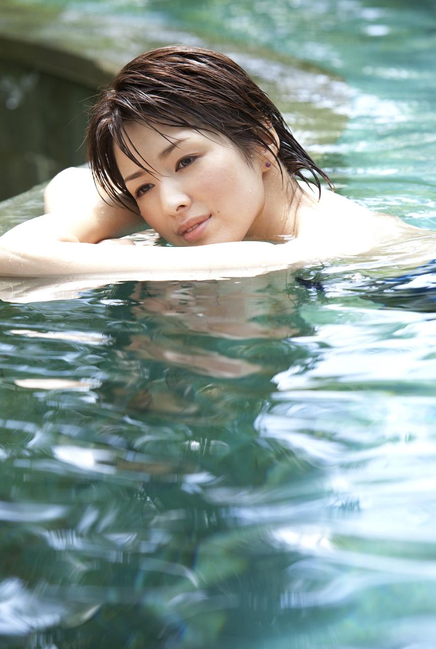 吉瀬美智子のセミヌード・下着姿グラビアエロ画像045