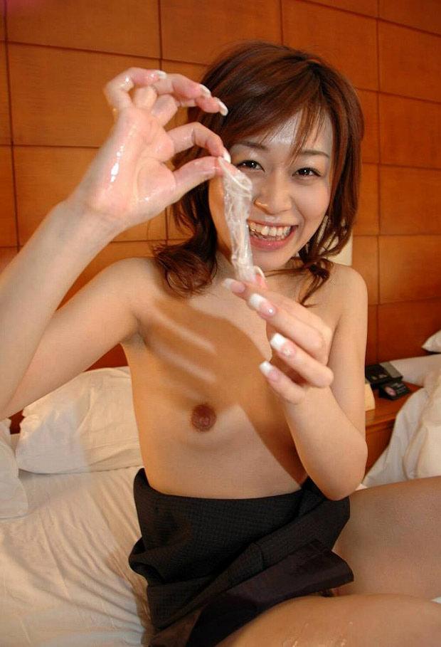 コンドームを満足気に持つヤリマンエロ画像26枚 表紙