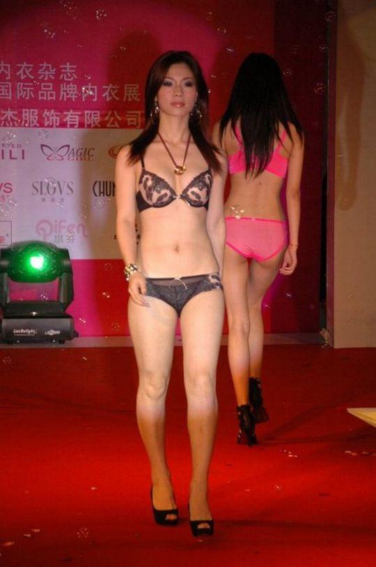 中国人美女の下着モデルのファッションショー…マン毛透けてるのは気のせいだろうか?wwwww(画像あり)・5枚目の画像