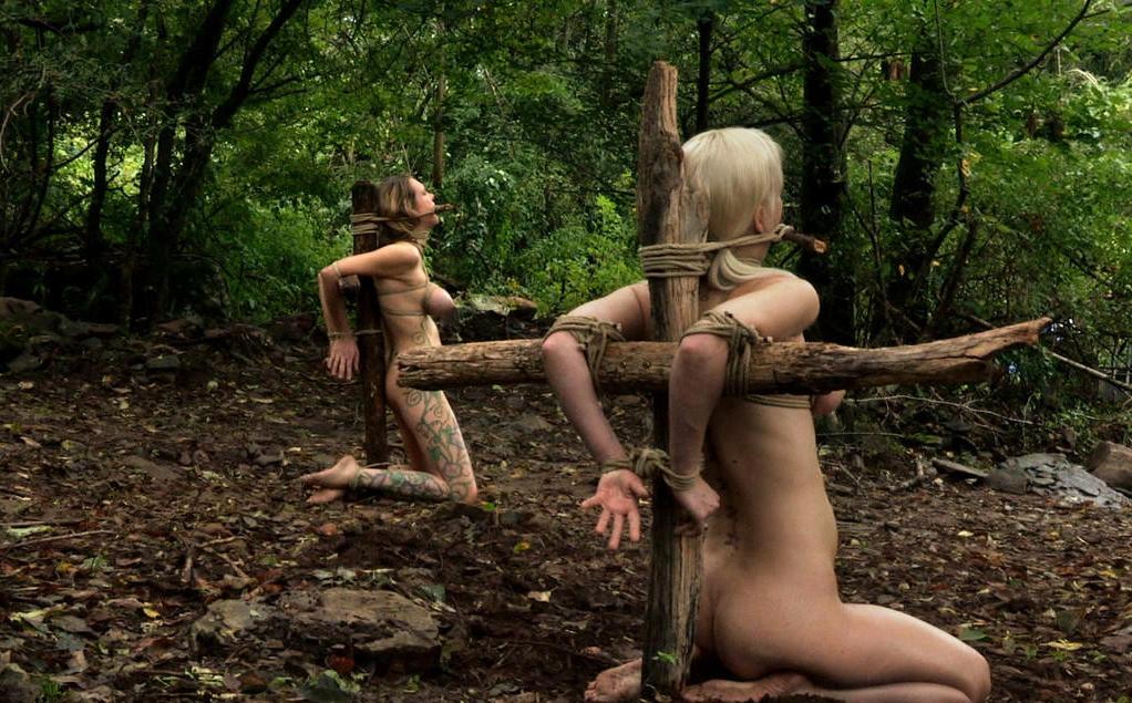 野外調教されてる性奴隷扱いの外国人女性のエロ画像20枚・7枚目の画像