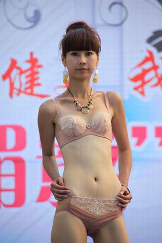 中国人美女の下着モデルのファッションショー…マン毛透けてるのは気のせいだろうか?wwwww(画像あり)・12枚目の画像