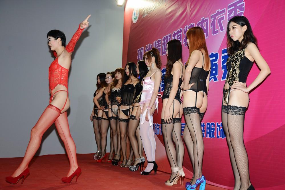 中国人美女の下着モデルのファッションショー…マン毛透けてるのは気のせいだろうか?wwwww(画像あり)・13枚目の画像
