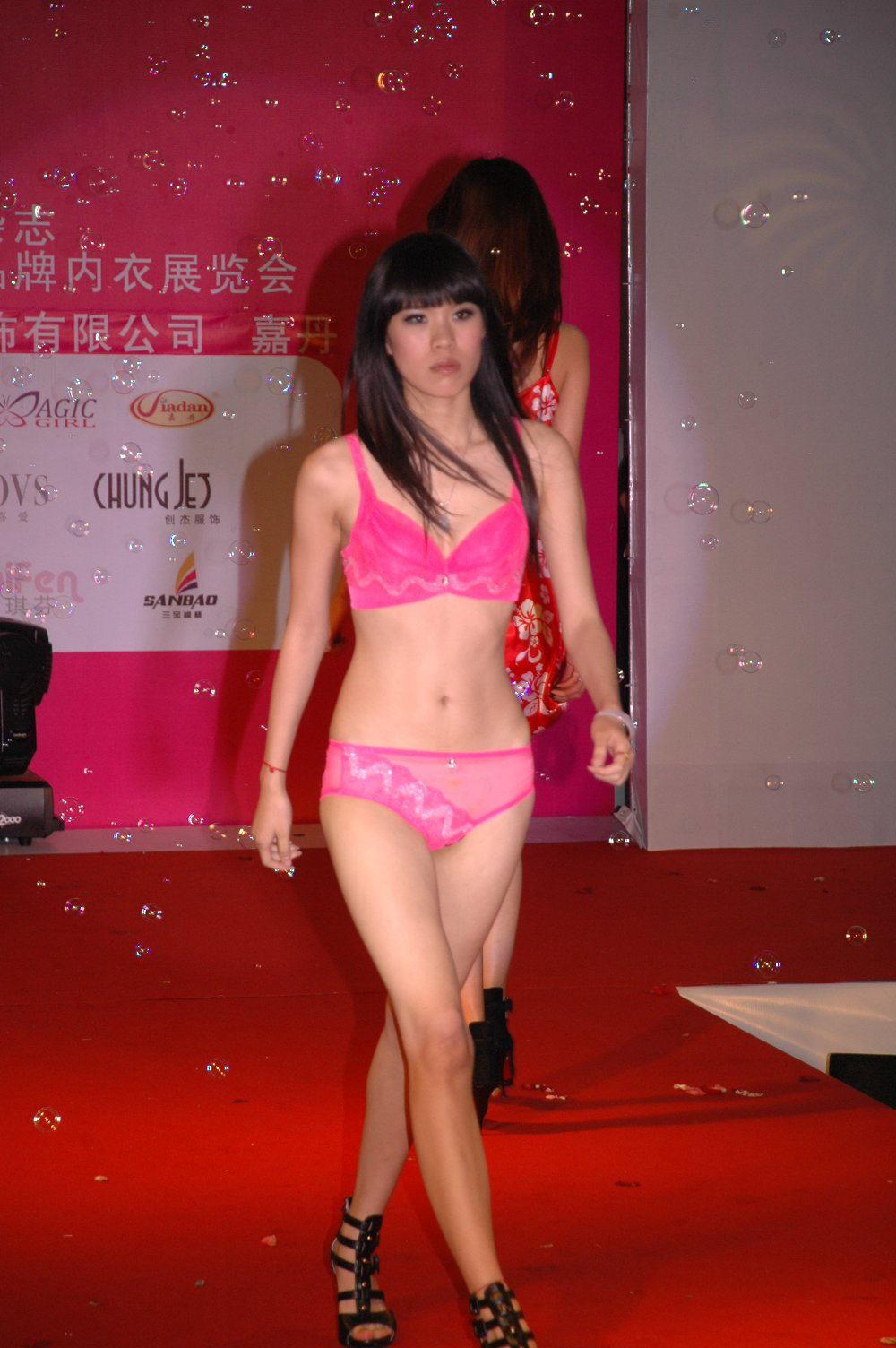 中国人美女の下着モデルのファッションショー…マン毛透けてるのは気のせいだろうか?wwwww(画像あり)・16枚目の画像