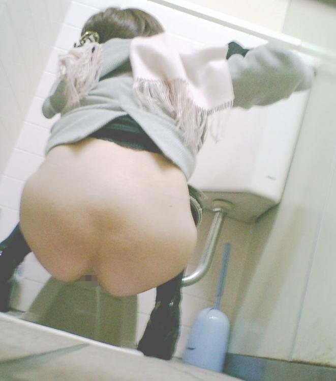 和式トイレのおしっこ中、盗撮エロ画像30枚・14枚目の画像