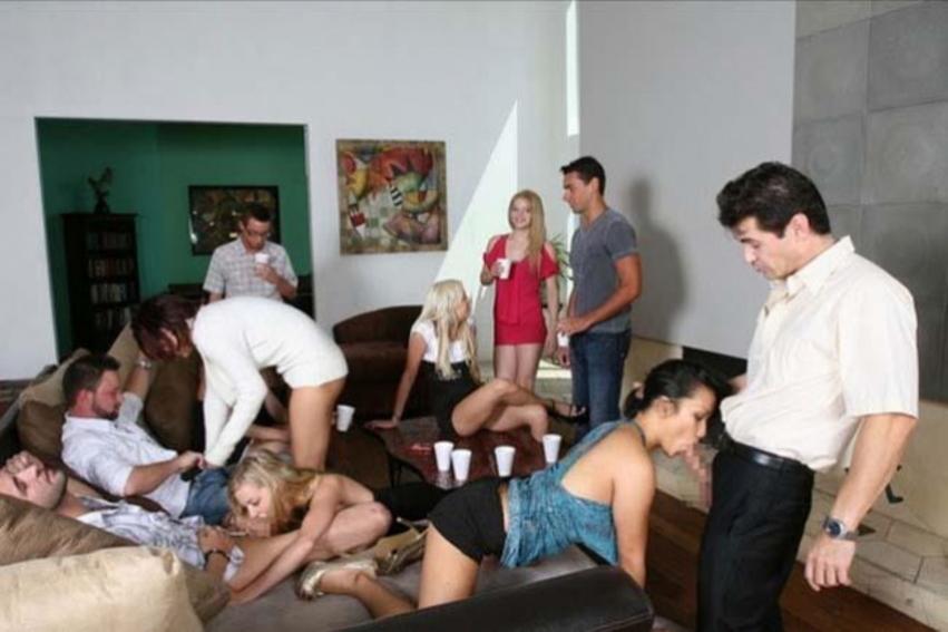 海外ホームパーティーで乱交してる非現実的エロ画像22枚・15枚目の画像