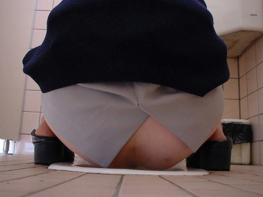 和式トイレのおしっこ中、盗撮エロ画像30枚・15枚目の画像