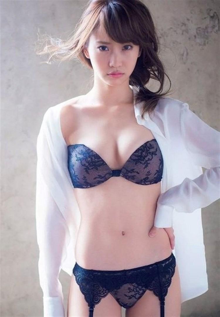 元AKB48永尾まりやのドスケベ下着がお尻はみ出てるし娼婦みたいでクッソエロいwwwwww(グラビア画像あり)・1枚目の画像