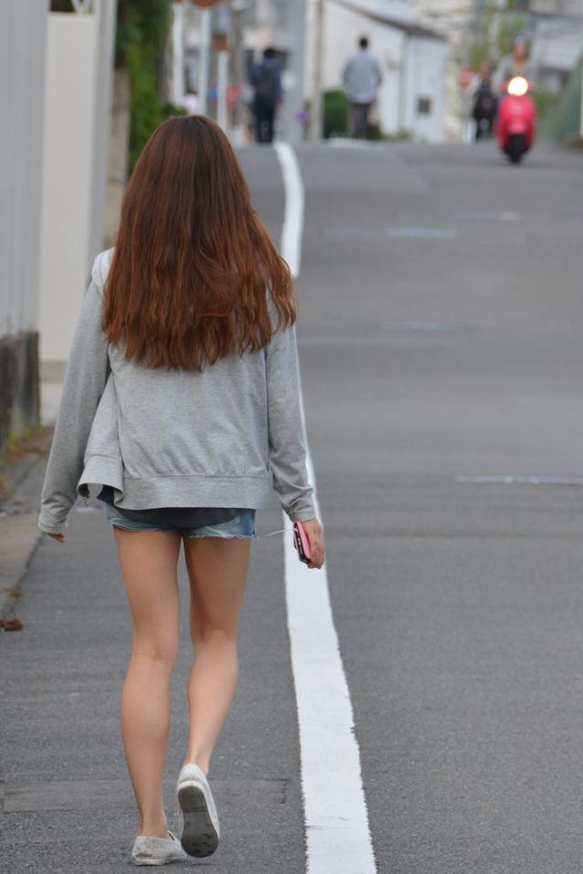ホットパンツ素人娘の盗撮エロ画像!生足も黒パンストもあうエッチな服だよなwwwww・4枚目の画像