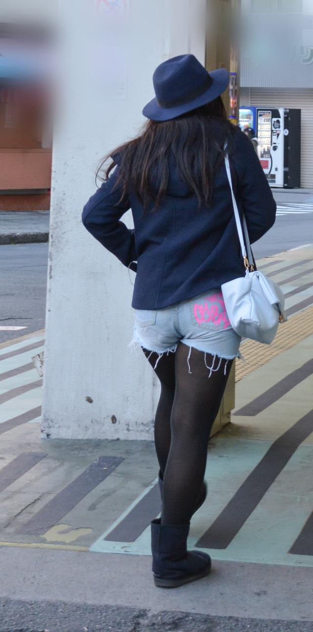 ホットパンツ素人娘の盗撮エロ画像!生足も黒パンストもあうエッチな服だよなwwwww・5枚目の画像
