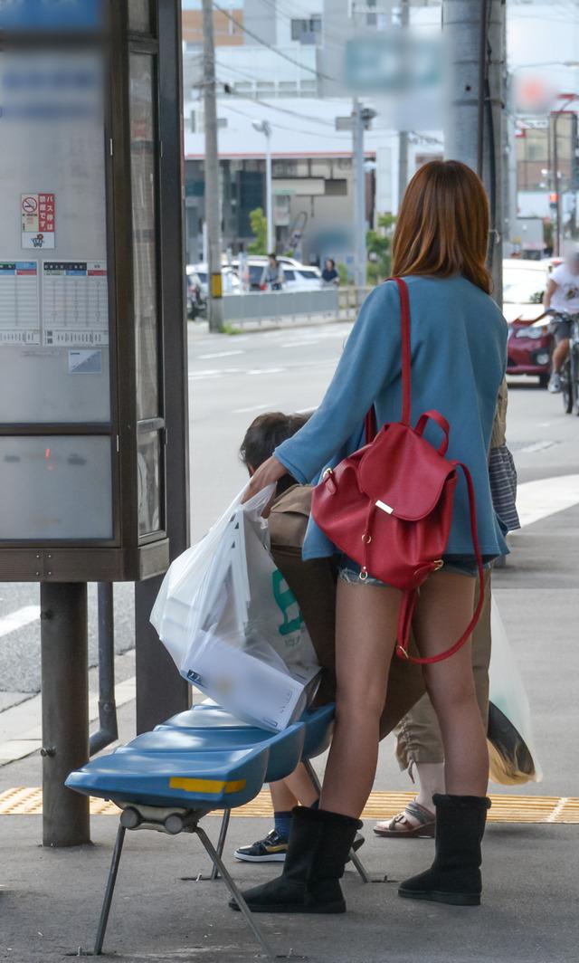 ホットパンツ素人娘の盗撮エロ画像!生足も黒パンストもあうエッチな服だよなwwwww・7枚目の画像