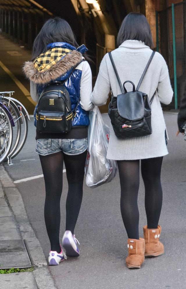 ホットパンツ素人娘の盗撮エロ画像!生足も黒パンストもあうエッチな服だよなwwwww・12枚目の画像