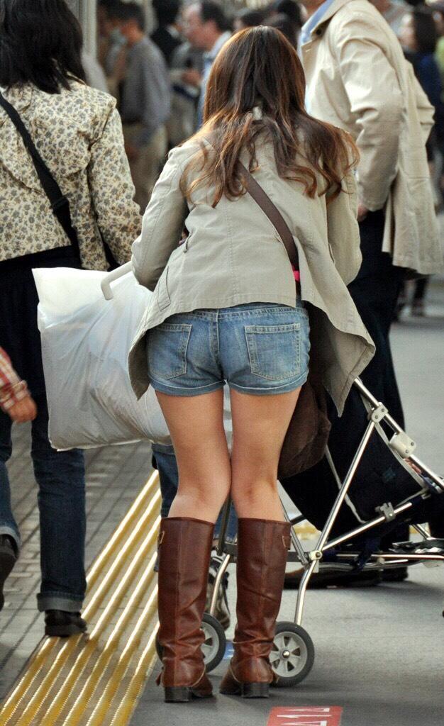 ホットパンツ素人娘の盗撮エロ画像!生足も黒パンストもあうエッチな服だよなwwwww・15枚目の画像