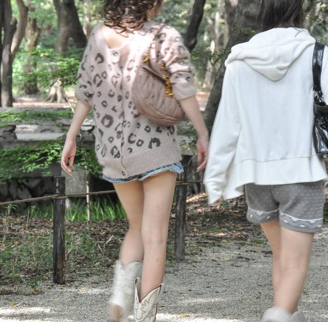 ホットパンツ素人娘の盗撮エロ画像!生足も黒パンストもあうエッチな服だよなwwwww・16枚目の画像