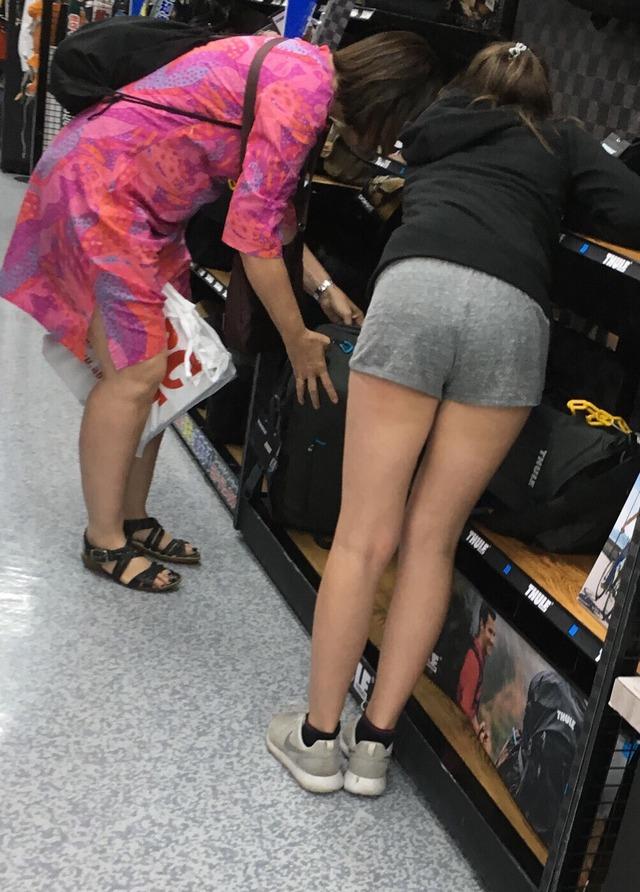 ホットパンツ素人娘の盗撮エロ画像!生足も黒パンストもあうエッチな服だよなwwwww・17枚目の画像