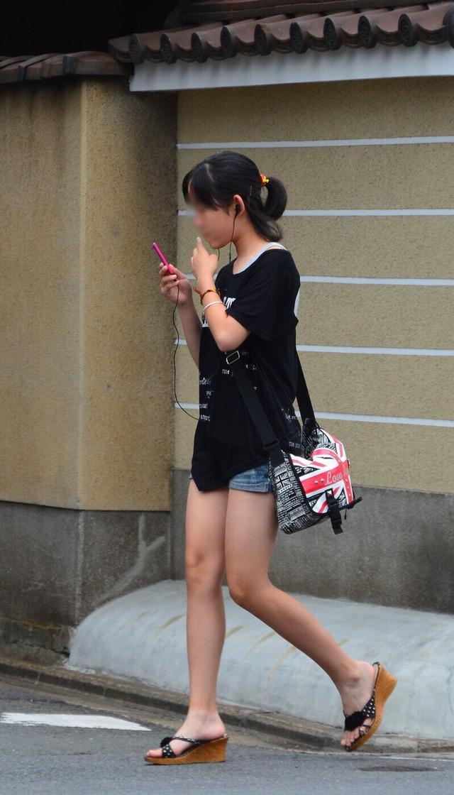 ホットパンツ素人娘の盗撮エロ画像!生足も黒パンストもあうエッチな服だよなwwwww・19枚目の画像