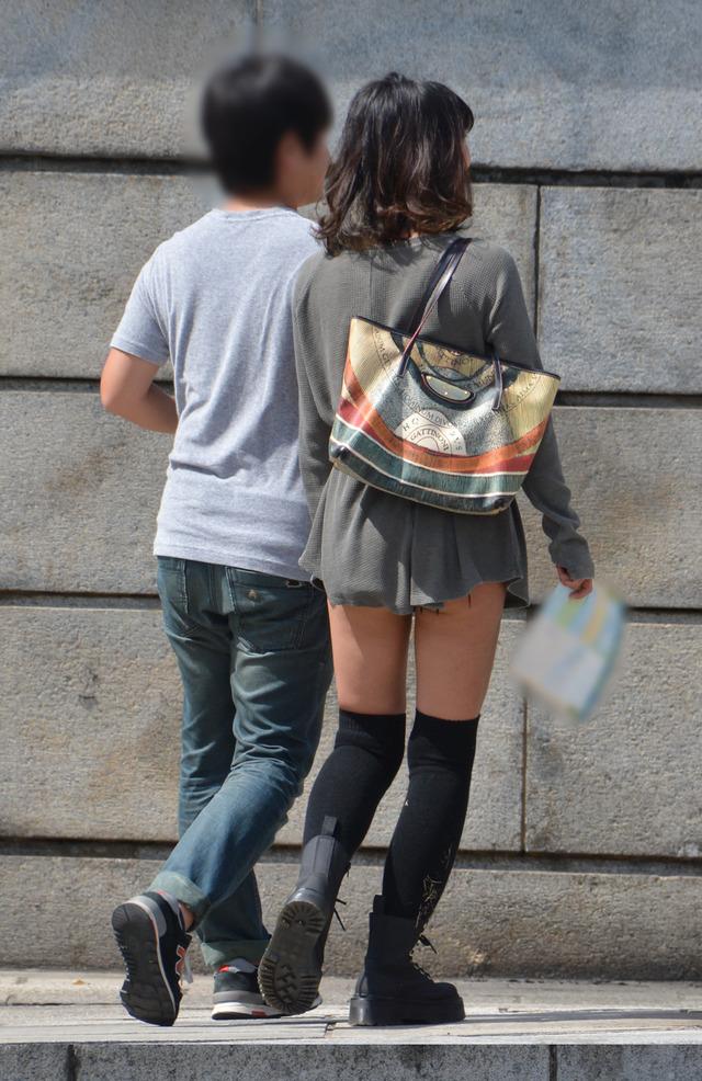 ホットパンツ素人娘の盗撮エロ画像!生足も黒パンストもあうエッチな服だよなwwwww・20枚目の画像