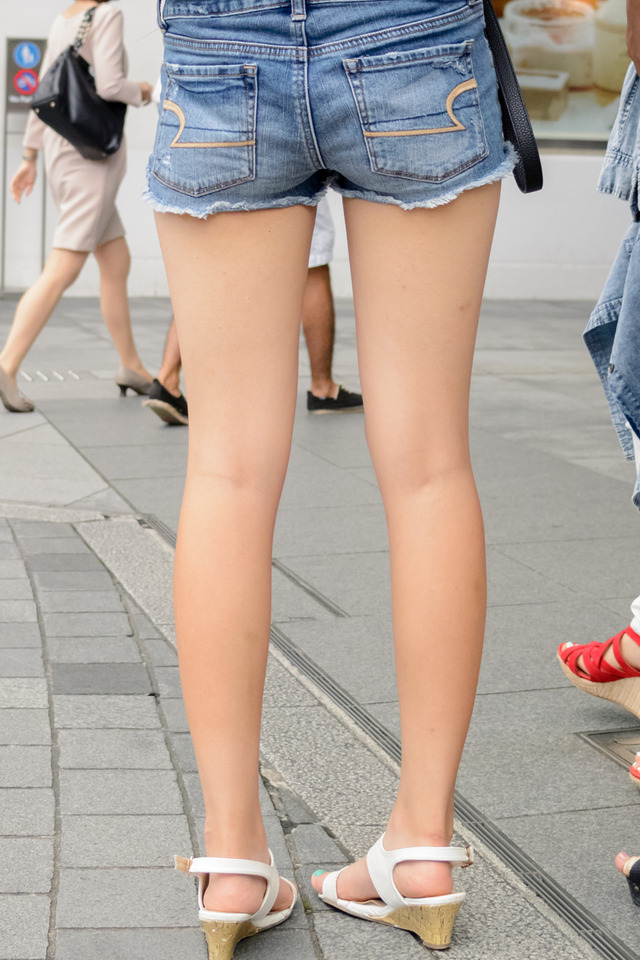 ホットパンツ素人娘の盗撮エロ画像!生足も黒パンストもあうエッチな服だよなwwwww・31枚目の画像