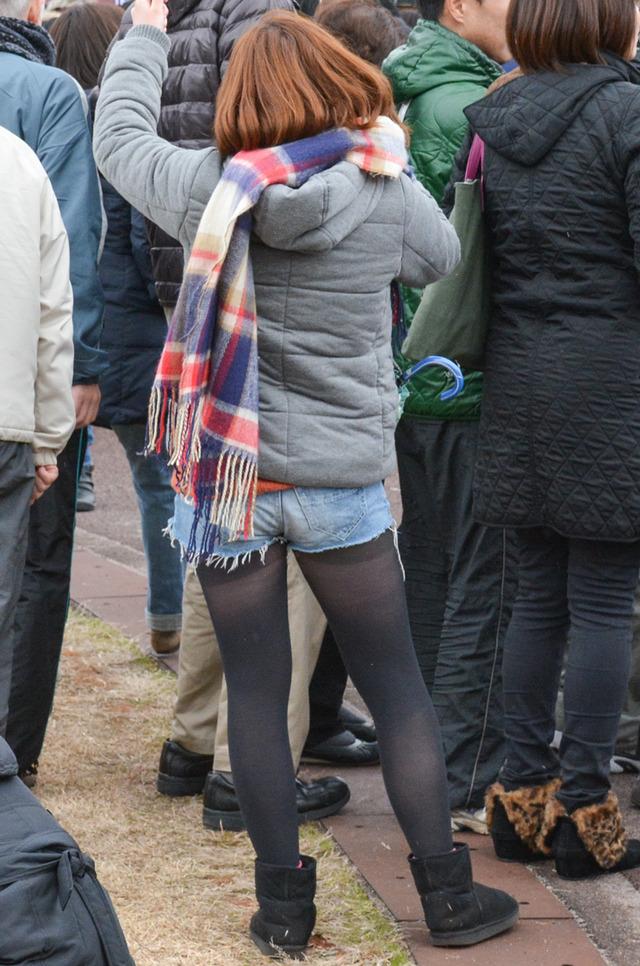 ホットパンツ素人娘の盗撮エロ画像!生足も黒パンストもあうエッチな服だよなwwwww・33枚目の画像