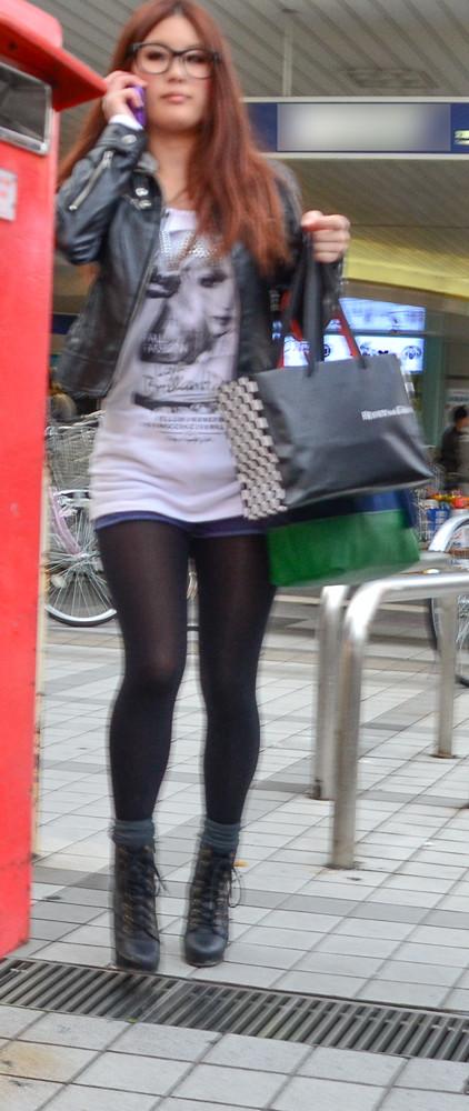 ホットパンツ素人娘の盗撮エロ画像!生足も黒パンストもあうエッチな服だよなwwwww・34枚目の画像