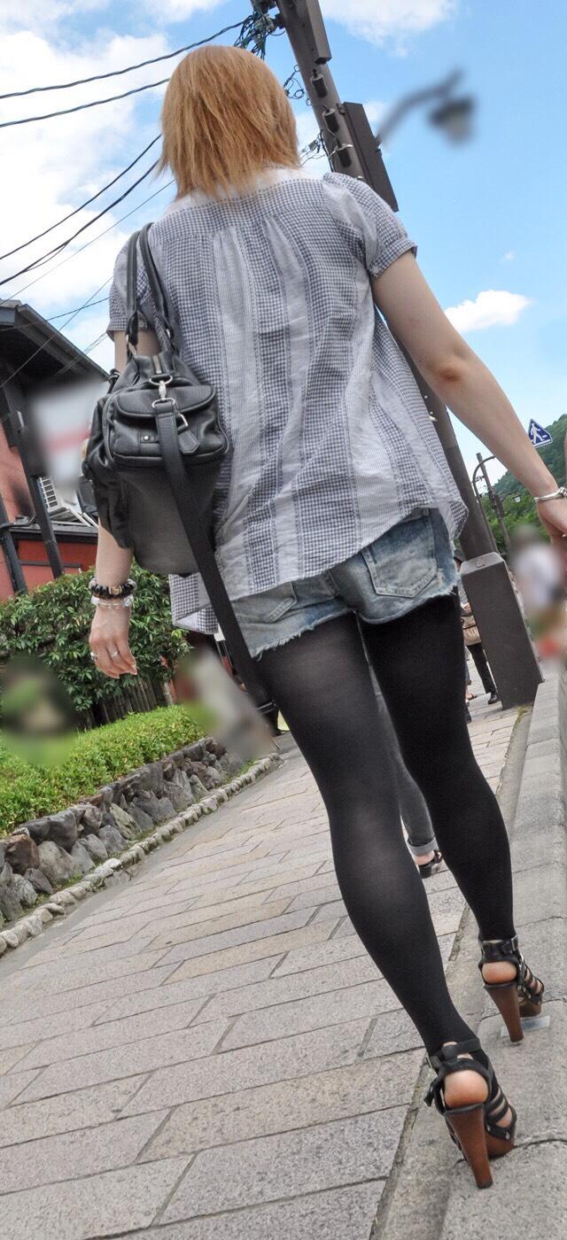 ホットパンツ素人娘の盗撮エロ画像!生足も黒パンストもあうエッチな服だよなwwwww・35枚目の画像
