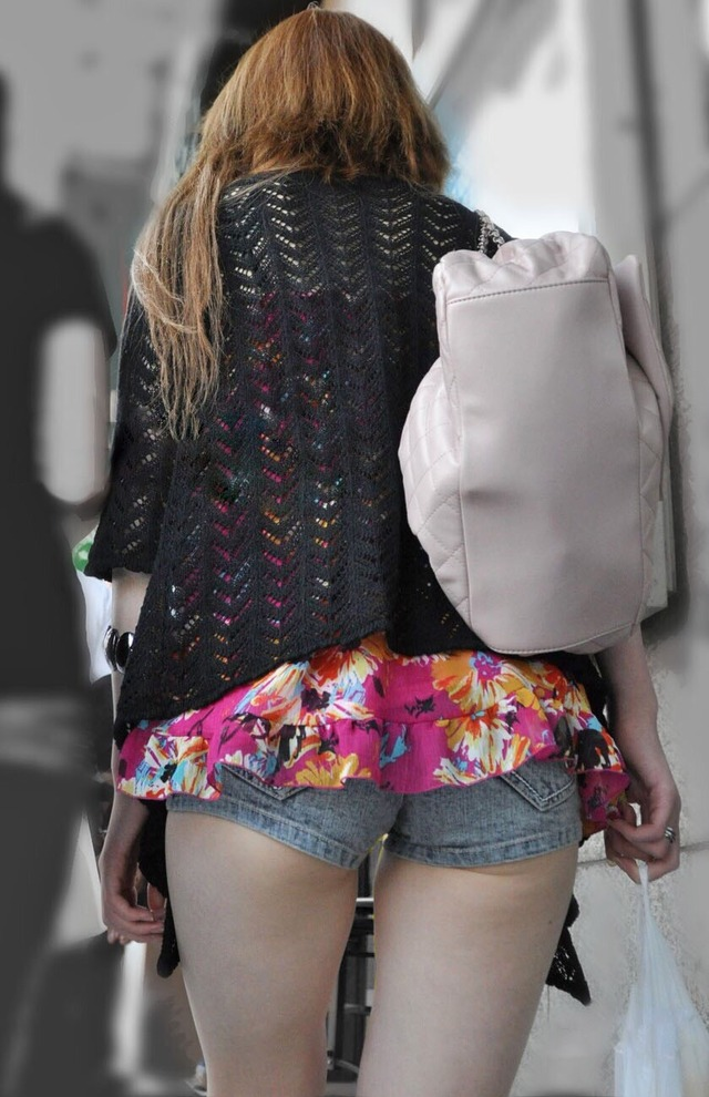 ホットパンツ素人娘の盗撮エロ画像!生足も黒パンストもあうエッチな服だよなwwwww・36枚目の画像