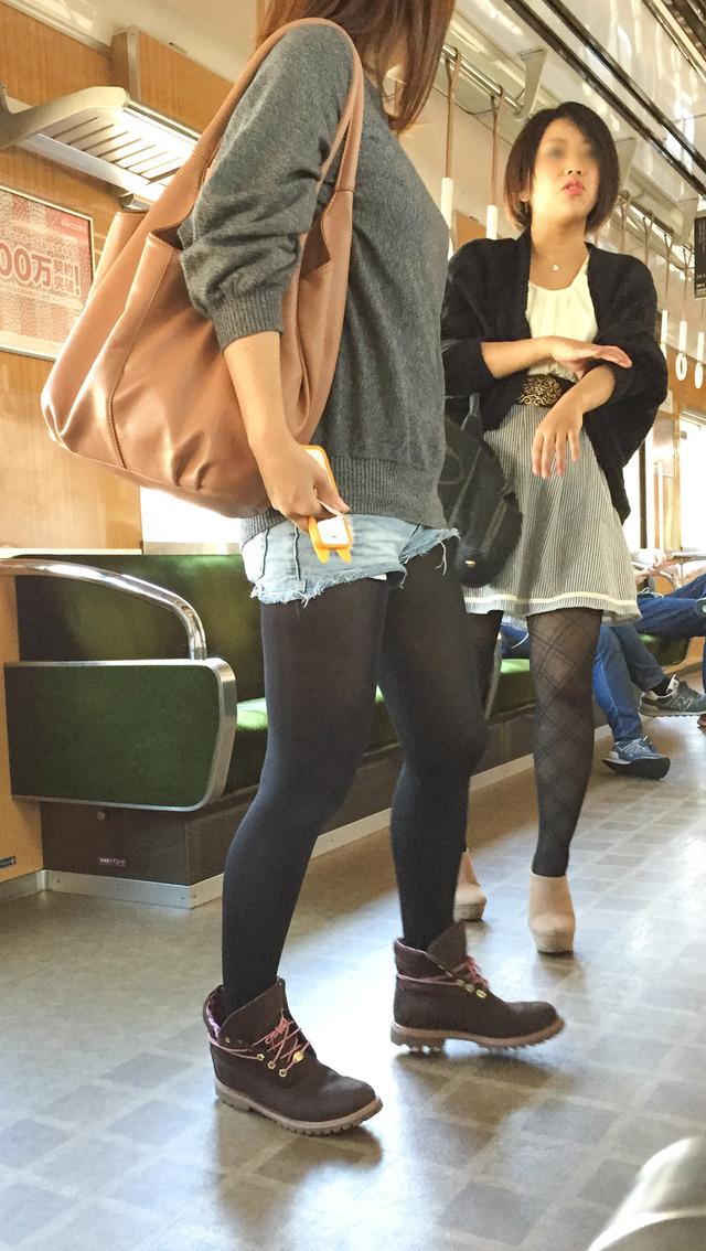 ホットパンツ素人娘の盗撮エロ画像!生足も黒パンストもあうエッチな服だよなwwwww・38枚目の画像