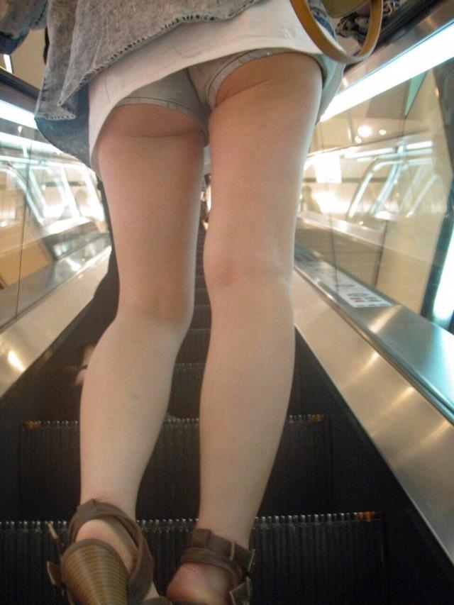 ホットパンツ素人娘の盗撮エロ画像!生足も黒パンストもあうエッチな服だよなwwwww・2枚目の画像