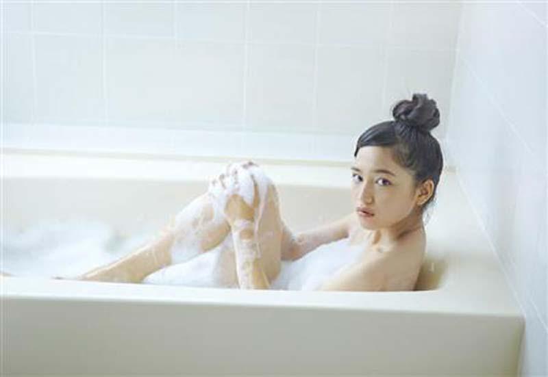川口春奈 ヌード写真集エロ画像40枚!泡風呂ヌード、水着、セクシーランジェリー姿のプリケツ具合がクッソエロいw・3枚目の画像